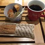 MOSDO! - バラ売りプチドーナツとシナモンスティック、コーヒー