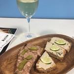 デュ・パン・エ・デジデ 青山 - タルティーヌと白ワイン