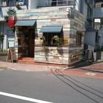 マヌエル・コジーニャ・ポルトゲーザ - お店の外観。奥にむかって細長い造りです。