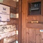 マヌエル・コジーニャ・ポルトゲーザ - お店の入り口。