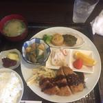 うしろ一汁二菜 - 本日のランチ、アジフライ(880円)