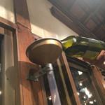 65695148 - 蛇口ワイン?柱のロートにワインを注ぎ込み下蛇口からワインが…・・