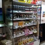 喜作 - 空港売店の一角に大東寿司が売られています。