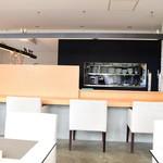 オリーブオイルとソフトクリームのお店 EVERYDAY OLIVE - 店内1階カウンター席。