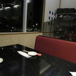 琉球回転寿司 海來 - 店舗奥のボックス席