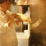 西安刀削麺酒楼 - 1分で100本削ります!