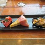 バル デ エスパーニャ ムイ - タパス盛り合わせ 左から トマト&アンチョビのマリネ スペイン風オムレツ&生ハム アサリ・ムール貝・タコと色々野菜のサラダ