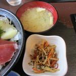 海鮮処いこい - 海鮮丼の小鉢と味噌汁