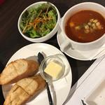 ステーキハウス 听 - ランチセットのサラダとパンとミネストローネ