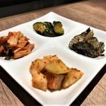 恵比寿焼肉寿司 別邸 - キムチの4種盛り合わせ