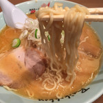 梅光軒 - 麺は中太のちぢれ麺