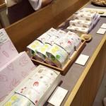 ツバメヤ - 店頭  名古屋店は商品のバリエーションはかなり絞られているよう。 あと、サブレのパッケージ、可愛くないですか?
