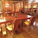 メヒコ つくばフラミンゴ館 - 店内奥のテーブル席(さらに奥のドアの先が個室)