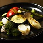 WOLF CALL - 焼き野菜の盛り合わせ。 野菜に合った焼き方をし素材一品一品の旨みを引き出します。 自家製のバーニャソースと醤油の2種で食べれるのも嬉しい!!