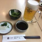 梅八 - 2017年4月。定食に生ビール付きの晩酌セット。 枝豆とお新香がサービスです。