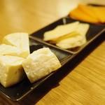 Spincoaster Music Bar - ゴルゴンゾーラ、ゴーダ、ミモレットの三種のチーズ。ワインのお供に。※仕入れ状況に応じ種類が変わる事も御座います