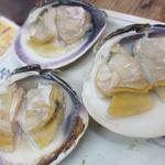 浜焼酒場 魚○ - 活大蛤の殻焼き