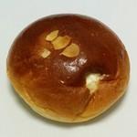 どんぐり - ふんわりクリームパン(151円)