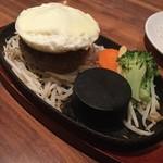 筋肉食堂 - 牛赤身肉のハンバーグステーキ200g1300円に目玉なし目玉焼き100円トッピング