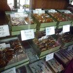 草月 - 黒松はお店の入り口正面に並べられています♪(2010/12)