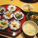 八かく庵 - 一汁八菜と肉豆富のお膳(2380円)