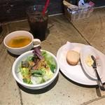 iL-CHIANTI OVEST - 日替りパスタランチのサラダとパンとスープとアイスコーヒー。             美味し。