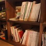 ココクロス - 店内の本もご自由にお読みください