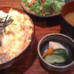 郷どり 燦鶏 - 特撰親子丼とミニサラダセット(930円)