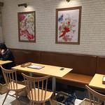 キャラウム カフェ - 壁にはポスターが