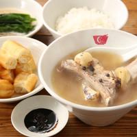 新加坡肉骨茶 - 一度食べたらヤミツキになる豚スペアリブとスパイスの効いたスープをぜひライスや揚げパンや麺でお楽しみください。