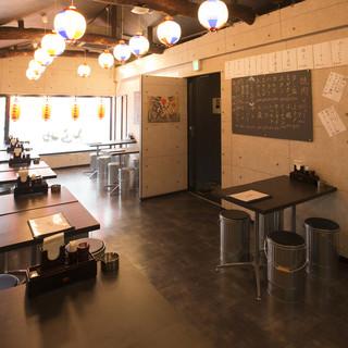昭和レトロな店内、落ち着いたテーブル個室も有!