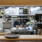 隠れ岩松 - オープン・キッチンです
