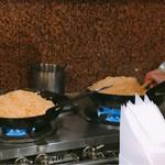 Dhuetto - 山盛りのパスタを北京鍋で炒めています。(2017.4 byジプシーくん)