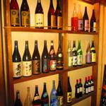 はし田屋 - 店内のお酒の陳列棚