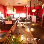 もんじゃ焼き 山吉 - 明るく開放的で、居心地の良い店内