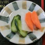 ファームキッチン味菜 - ほうとう(漬物付/900円)♪ ほうとうは具沢山で地元産の野菜や甲州信玄豚が入った冬期間限定メニューだって。熱々で美味しい!