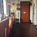 江別カリー エンヤ スパイス - カウンター席、テーブル席ございます店内です。