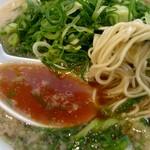 来来亭 - 麺は豚骨ラーメンの様な極細麺。スープは背脂のコクの濃い味。九条ネギがシャキシャキ!