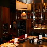 ステーキハウス神楽 - 焼酎が置いてある棚です。その奥にもお座敷14席ございます。全39席です。
