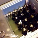 やまちゃん - さらには瓶ビール(大瓶@490)もセルフで選んで取り出し、栓抜きで開ける。