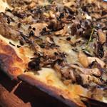 LATTE GRAPHIC - ドリンク香るバルサミコ マッシュルームピザ