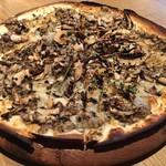 LATTE GRAPHIC - トリュフ香るバルサミコ マッシュルームピザ