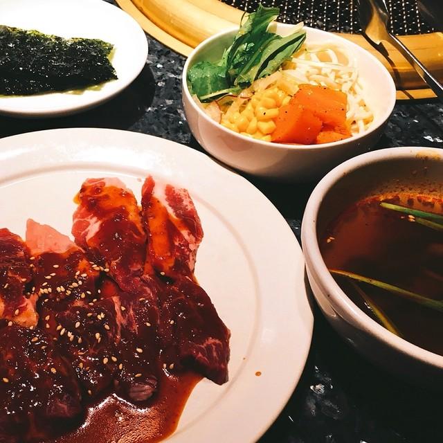 草の家 赤坂店 - サラダバーは最初に配られる深めの丸皿に盛りつけます。