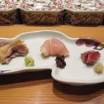 とりやき八 - 新鮮な鶏肉の刺身の3種盛り、新鮮なだけに歯ごたえも充分です。