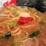 ラーメン山岡家 - 味噌ラーメン、パンチがほしいときはニンニクと豆板醤を投入