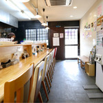 麺屋 四十 - カウンター10席の細長い空間