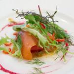 ビストロ ル プュイ ドール 金の井戸 - 私の前菜は鮮魚のカルパッチョ。スコッチサーモン、近海で獲れるマグロ、シマアジでした。