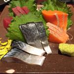 居酒屋 NIJYU-MARU - 【花まるコース】全8品・飲み放題付き@4000円の 《お刺身三点盛り合わせ(鮪・サーモン・〆さば)》