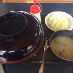 ゆき藤 - 配膳時の写真。蓋のある御重の様な丼である。味噌汁椀とのサイズ対比は、味噌汁椀の器直径が 15cm であり、通常サイズの直径 11.5cm の 1.5 倍ほどあるので留意したい。