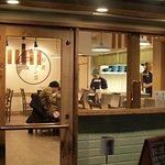 松波ラーメン店 - 入口から店内